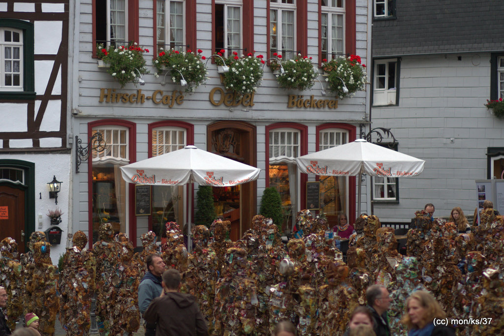 ha-schult-marktplatz-trash-people