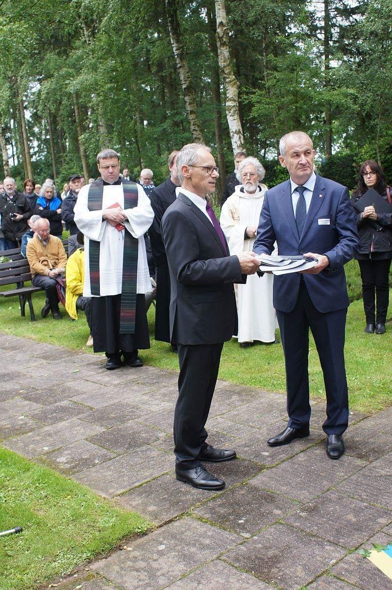 Foto: Don Caron - Bürgermeister Hermanns Simmerath mit dem Vertreter der Russischen Botschaft