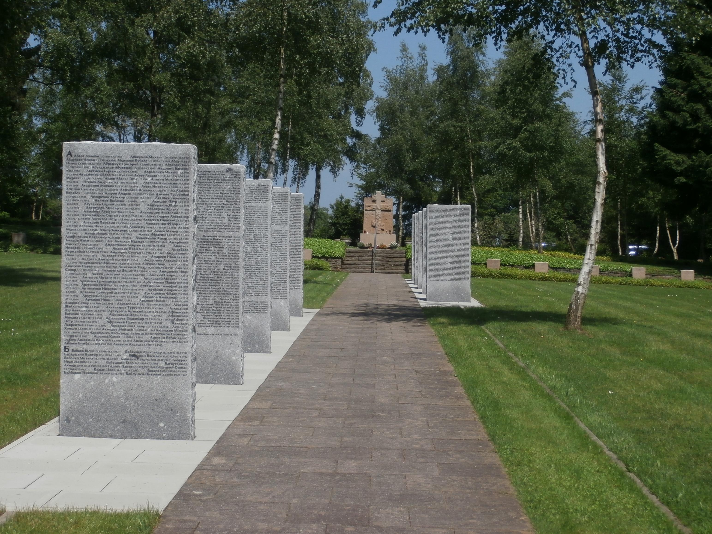 Basaltstelen auf dem Sowjetischen Ehrenfriedhof Simmerath-Rurberg (Foto: cc Caronna)